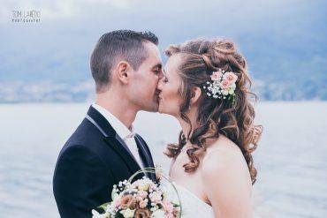 Couple de mariés qui s'embrasse
