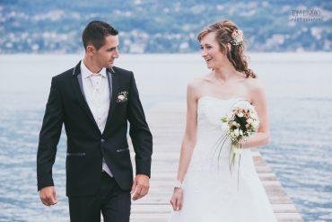 Couple de mariés qui rient