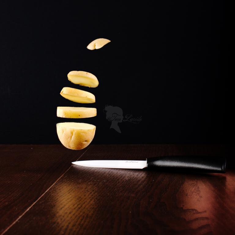 patate en lévitation à côté d'un couteau